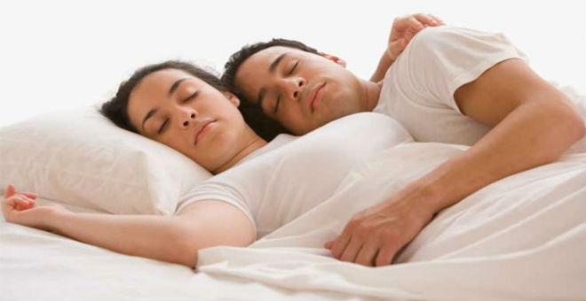 دراسة..النوم بجانب الزوجة يصيب بالغباء