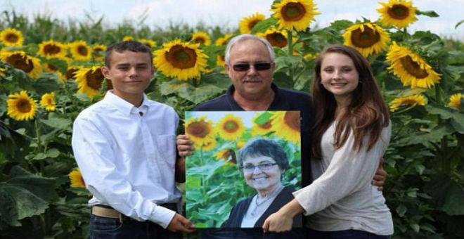 رجل يزرع مساحات شاسعة من عباد الشمس وفاء لذكرى زوجته