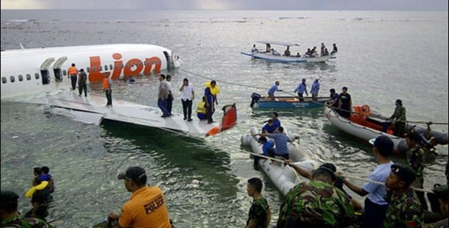 لقطة سقوط الطائرة الاندونيسية بمياه البحر