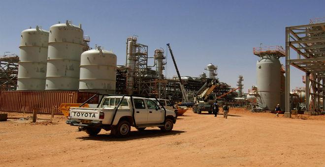 بلومبرغ: تراجع عائدات النفط يزيد الضغط على الحكومة الجزائرية
