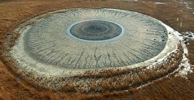 بالصور.. بركان طيني يشكل عيناً بشرية عملاقة