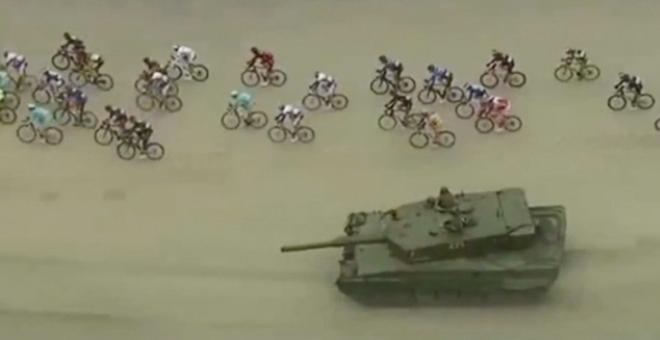 بالفيديو.. دبابة تشارك في سباق للدراجات الهوائية