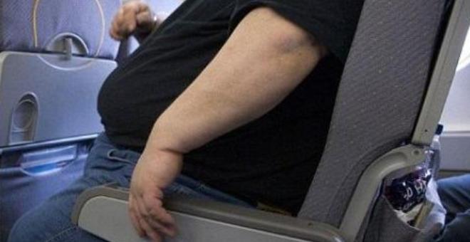 أوزباكستان تزن الحقائب والركاب في المطار