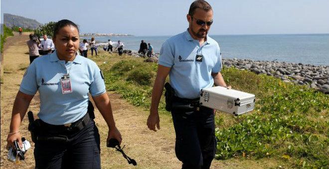الخبراء الفرنسيون يحققون اليوم في حطام الطائرة الماليزية