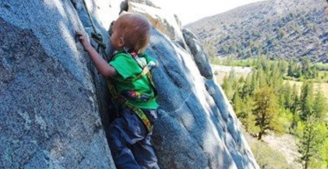 بالصور .. عمره عامان يتسلق 438 كم على الجبال