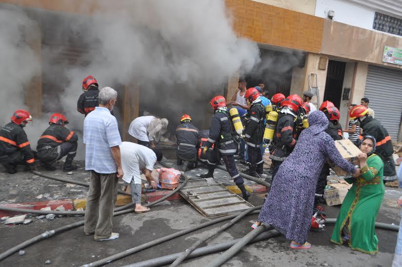 بالفيديو. حريق يُتلف مخزنا ويرسل صاحبه إلى المستشفى بالبيضاء