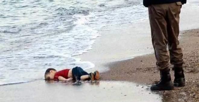 بالفيديو. تشييع الطفل السوري إيلان الكردي وشقيقه ووالدته في كوباني