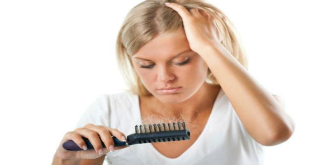 7 أسباب غير متوقعة لتساقط الشعر عند النساء