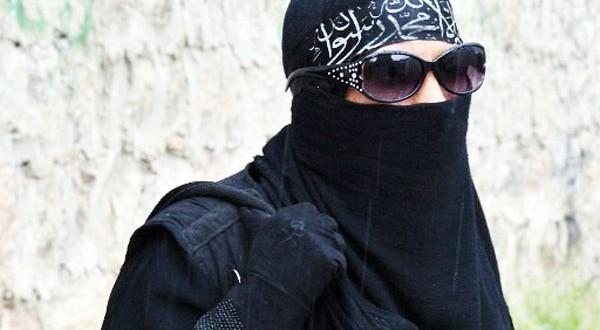 إسبانيا تعتقل فتاة تستقطب شبابا مغاربة إلى معسكرات