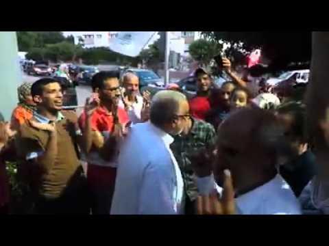 مواطنون يهنؤون بنكيران أمام منزله.. شاهد تواضع رئيس الحكومة