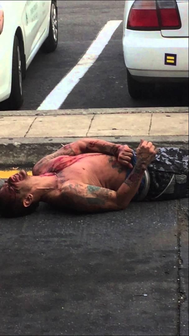 شخص يرهق الشرطة الأمريكية قبل إلقاء القبض عليه