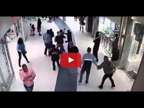 شاهد كيف أوقف أحد المواطنين لصا في سوق تجاري