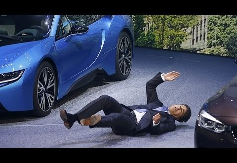 """سقوط مدير """"بي إم دابليو"""" أثناء مؤتمره الصحافي"""