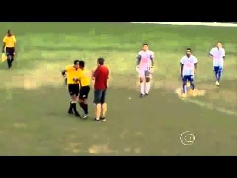 حكم برازيلي يشهر مسدسا في وجه اللاعبين