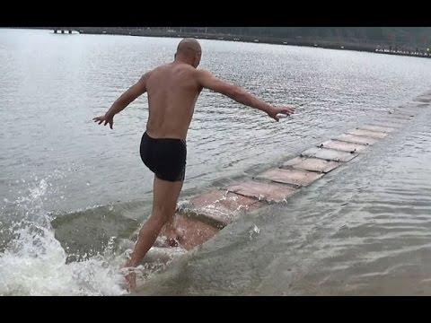رجل صيني يجري فوق الماء لمسافة 125 مترا دون توقف