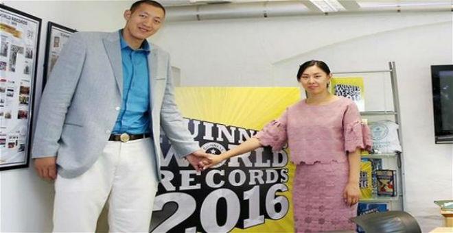 صينيان يحصلان على لقب أطول زوجين في العالم