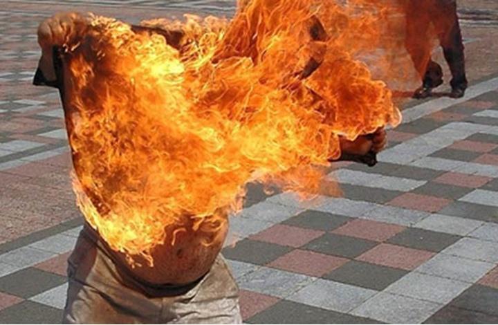 شابان يضرمان النار في جسدهما أمام منزل الوزير مبديع!