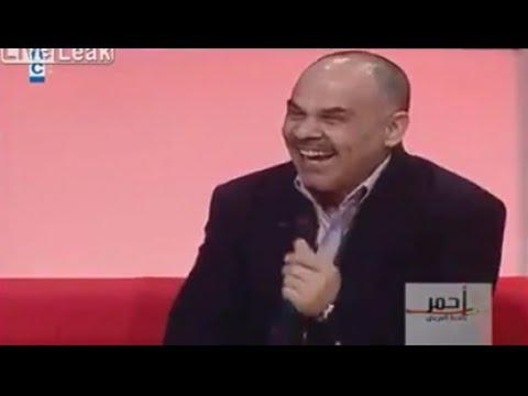 رجل يضحك كالدجاج يدخل المذيع في نوبة ضحك شديدة