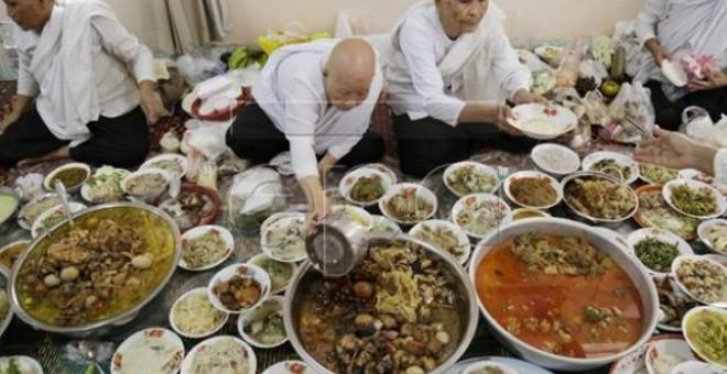 لن تُصدق.. كمبوديا تحتفل بمهرجان الموتى بموائد طعام خيالية