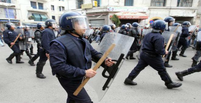 الجزائر: الشرطة تفرق بعنف وقفة احتجاجية لعائلات المفقودين