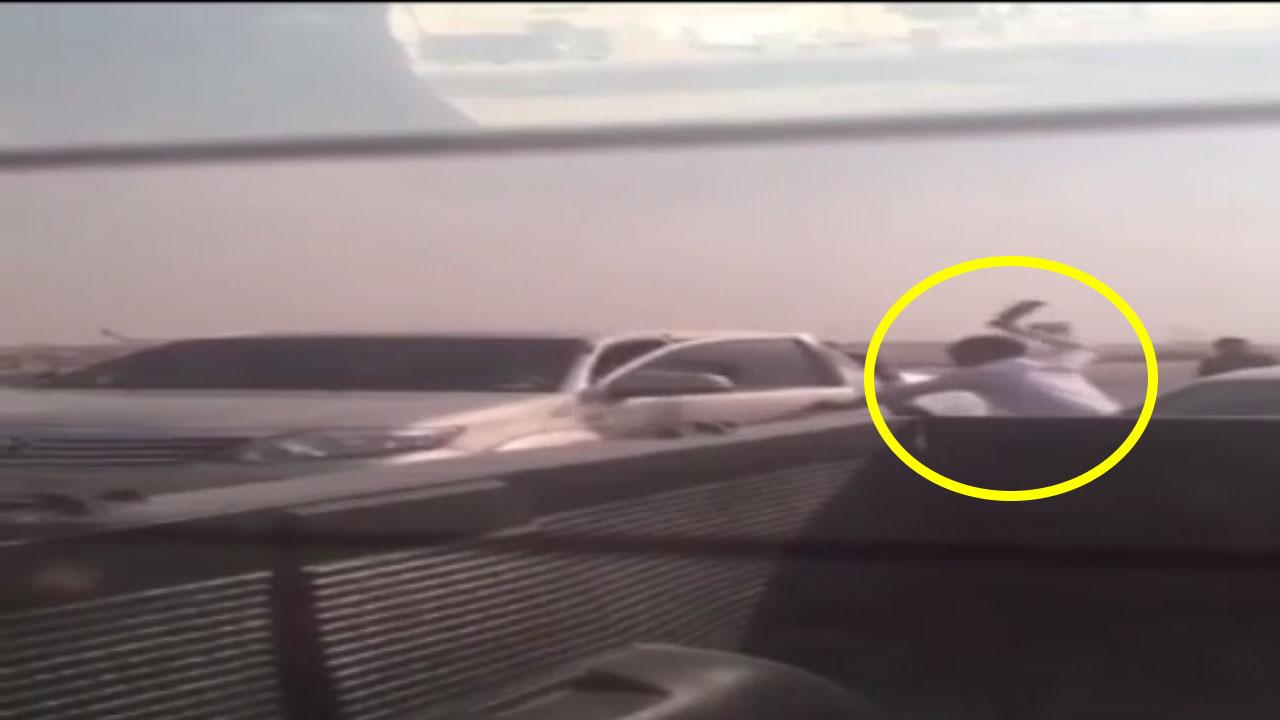فيديو مرعب لشخص يضرب آخر بالساطور