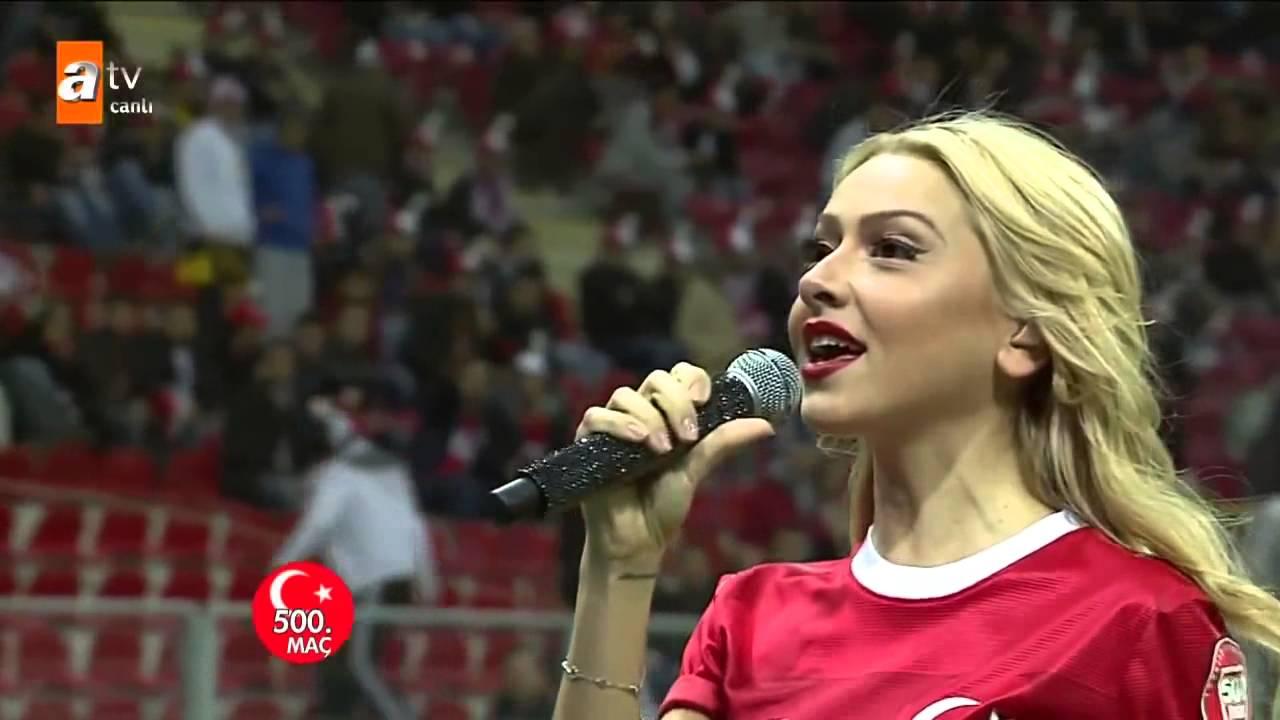 حسناء تركية تشعل الجماهير بالملعب الوطني بتركيا