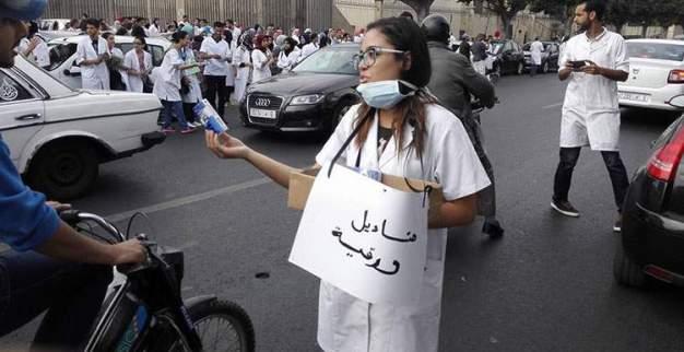 الطلبة الأطباء ينزلون للشارع ويحتجون على قرار الوردي.. وهكذا رد عليهم!
