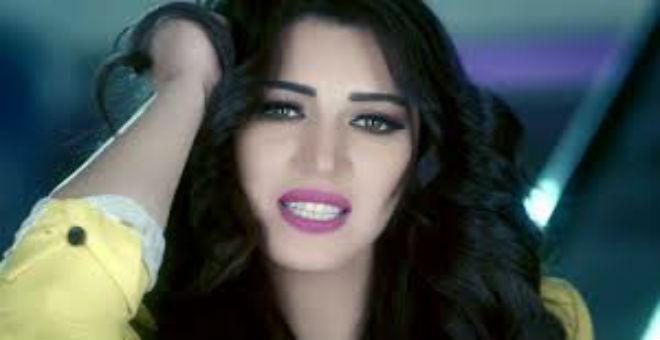 بالصور...أسماء المنور تضع وشم على ساقها بإسم إبنها آدم