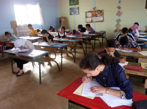 معلم يُعنف تلميذته بالقوة بعد عجزها عن كتابة حرف
