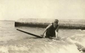 أجاتا تمارس رياضة ركوب الأمواج
