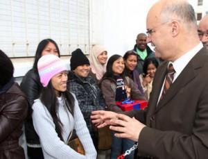 الوزير أنيس بيرو في صورة من الأرشيف مع بعض المهاجرين