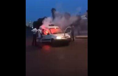 بالفيديو. النيران تلتهم سيارة الأمن الوطني خلال مباراة الوداد