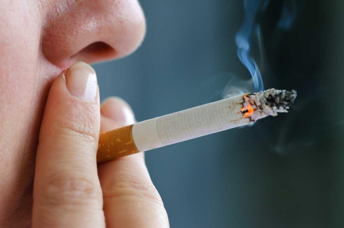 التدخين كلمة السر.. لماذا الرجال والشباب هم الأكثر إصابة بكورونا؟