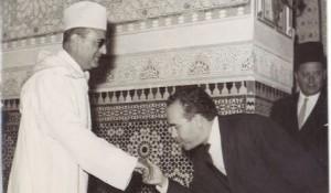 المهدي بنبركة يسلم على الملك الراحل محمد الخامس