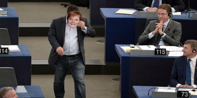 النائب الأوروبي جيانلوكا بوانانو مرتديا قناع أنجيلا ميركل