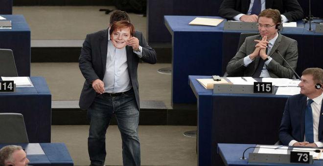 تغريم نائب أوروبي بعد قيامه بالتحية النازية أمام أنجيلا ميركل