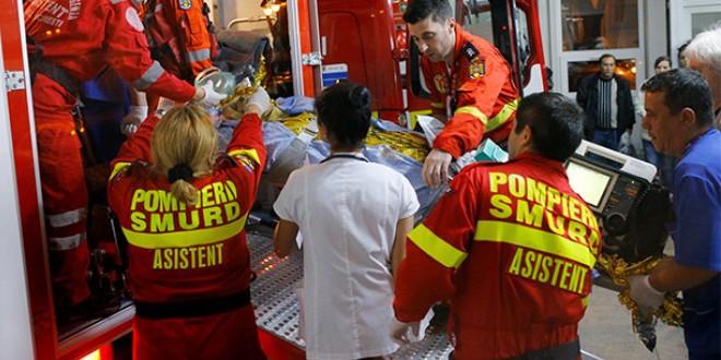 سيارات الإسعاف تنقل ضحايا انفجار الملهى الليلي في بوخاريست