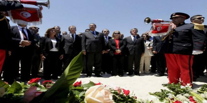 مسؤولون يضعون أكاليل ورد في موقع هجوم سوسة الإرهابي (أرشيف)