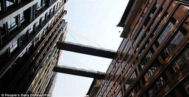 بالصور: أغرب جسري مشاة في العالم