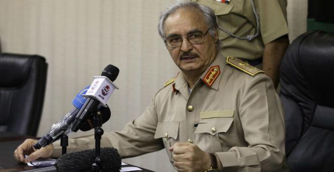 الجنرال الليبي خليفة حفتر بالجزائر