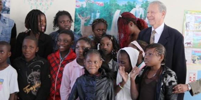 رشيد بلمختار وزير التربية المغربية مع بعض التلاميذ الأفارقة في مدرسة الداخلة بالرباط