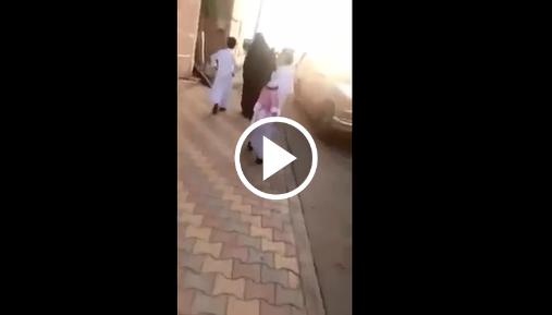 فتاة سعودية تلقي سحراً على طفل أثناء سيره مع أمه
