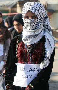 فتاة فلسطينية منغمسة في عمق الكفاح