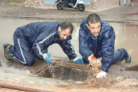"""بعد علال القادوس.. مستشاران بـ""""البجيدي"""" ينظفان قنوات الصرف الصحي"""
