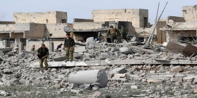 """مقاتلون أكراد يقفون على آثار الخراب الذي خلفه """"داعش"""" غرب كركوك"""