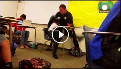 شرطي أمريكي يتعامل بـ