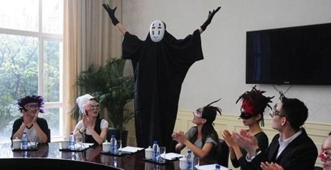 بالصور.. موظفون يرتدون أقنعة للتغلب على ملل العمل