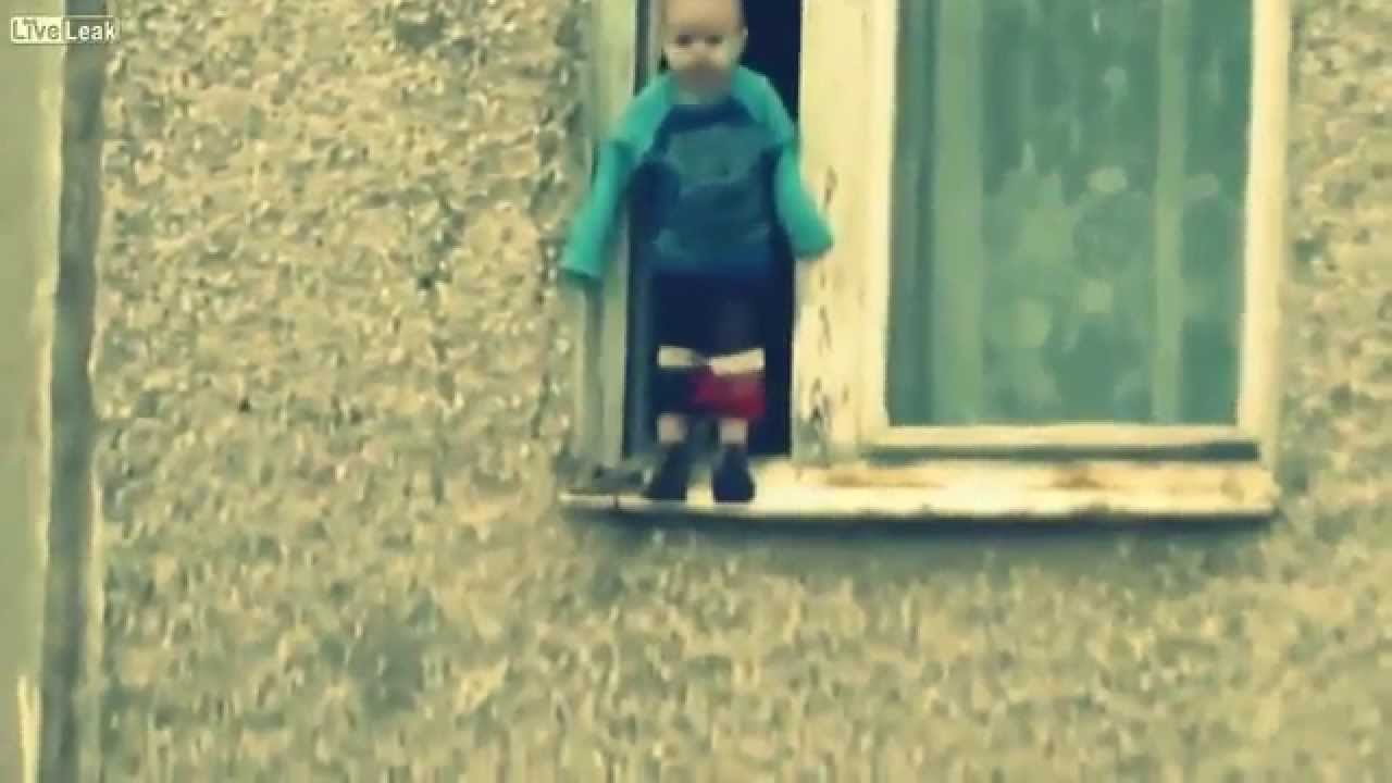 طفل يغامر بحياته ويلهو من نافذة الطابق التاسع