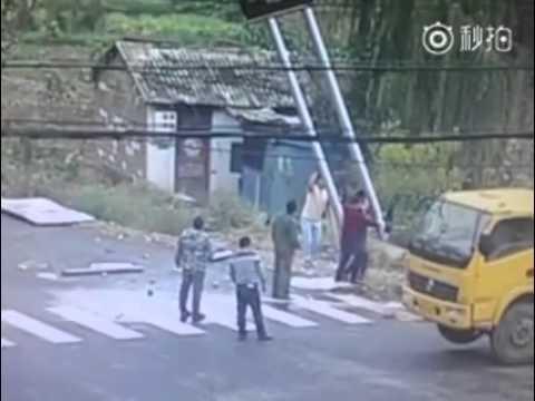 شاهد لحظة صعق ثلاثة عمال كهربائيا
