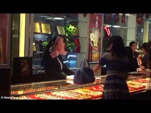 فيديو .. صينية ثرية ترمي بائعة بالدولارات وتثير ضجة كبيرة !
